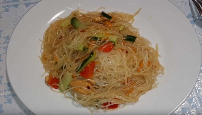 Тёплый салат из фунчозы с овощами