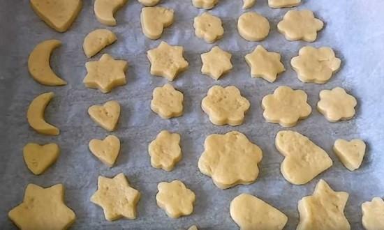 разложить печенья на противень