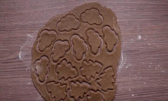 вырезать печенье формочками