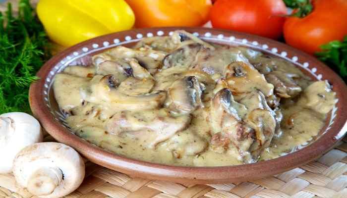 куриная печень в сметане с грибами