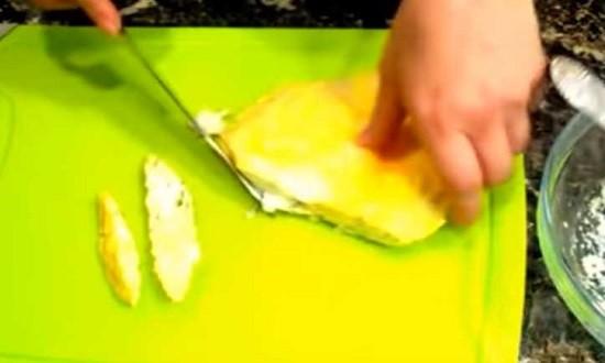 нарезать омлет