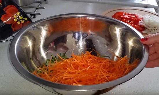 натёртые огурцы и морковь