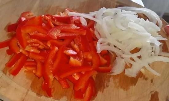 нарезанные лук и перец