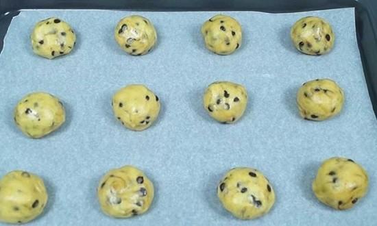 выложить печенье на противень