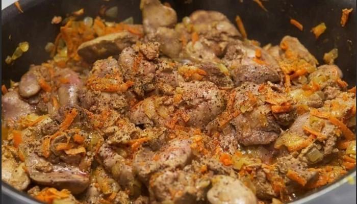 Куриная печень в сметанном соусе с луком и морковью