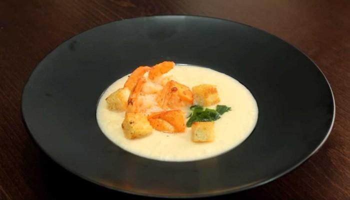Сливочный крем-суп с красной рыбой и креветками