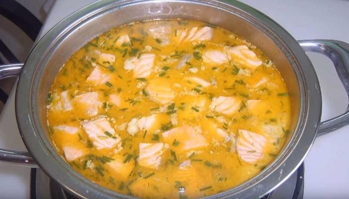 Сырный суп с красной рыбой