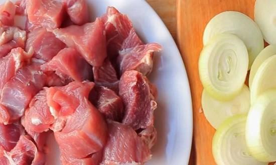 нарезать мясо и лук