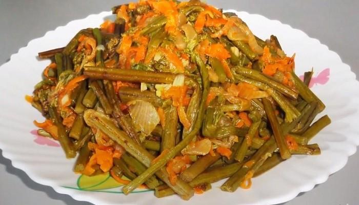 Салат с папортником, свининой и морковью
