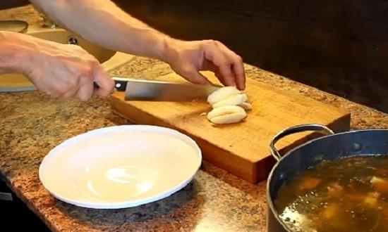 Нарезаем вареное яйцо пластинками