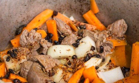 лук и специи в мясе