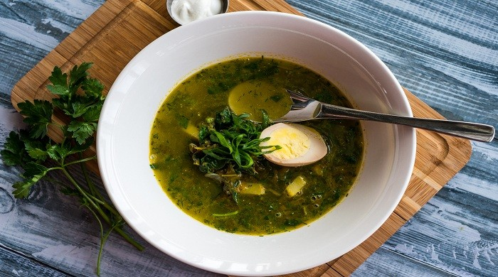 Зелёные щи со щавелем и яйцом по классическим рецептам из свежего щавеля
