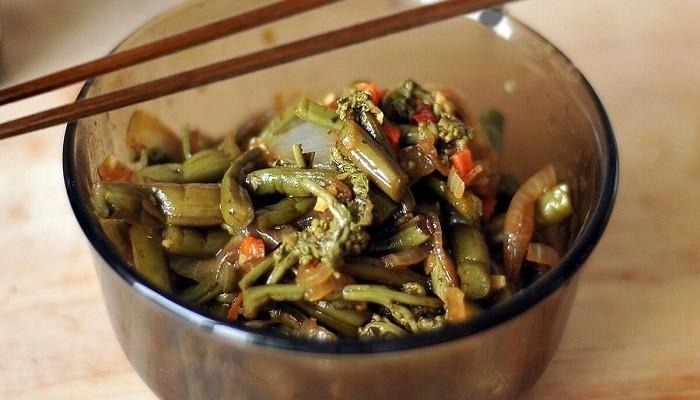 Салат из папоротника с мясом и соевым соусом