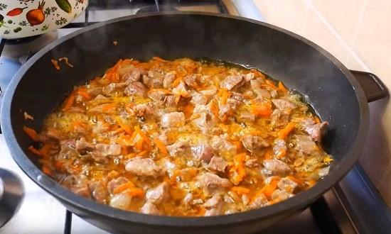 жарим мясо с овощами