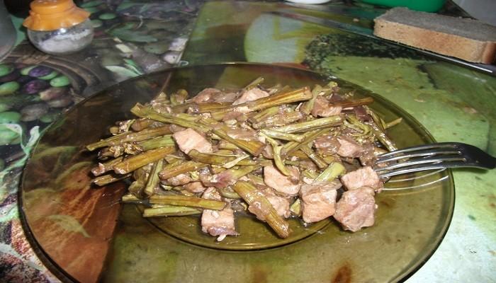 Салат из папоротника с мясом и грибами