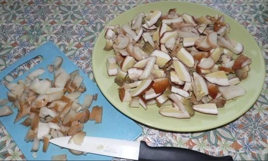 Нарезаем белые грибы