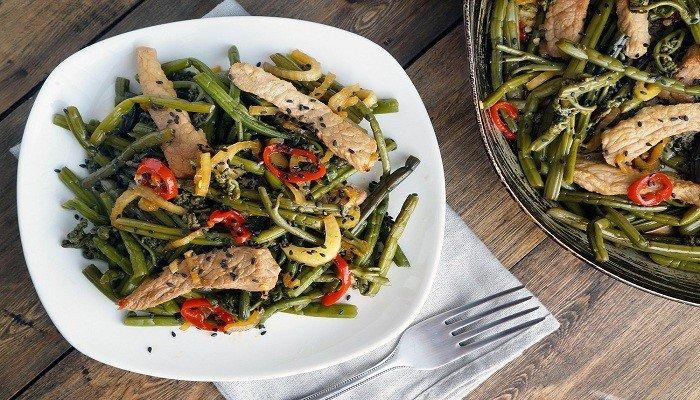 Острый салат из папоротника и мяса