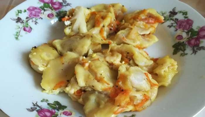 Пельмени в горшочке с сыром и сметаной