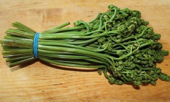 Подготавливаем папоротник к салату