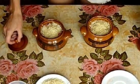 натёртый сыр в горшочках