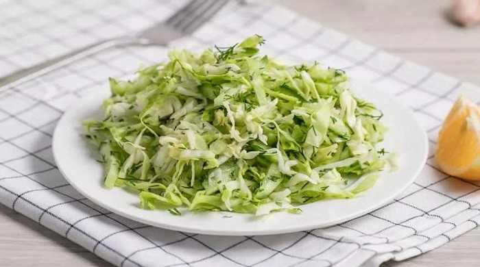 Рецепт приготовления очень вкусного весеннего салат с капустой и огурцами