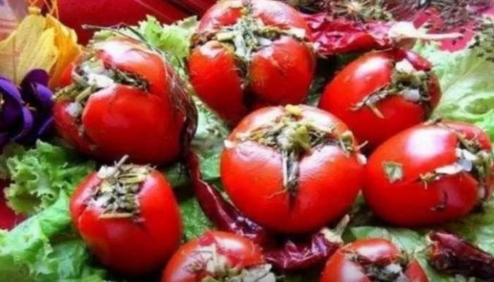 Малосольные помидоры с чесноком и зеленью в рассоле