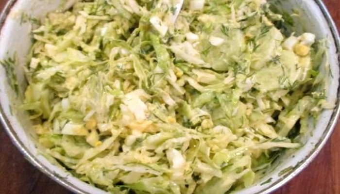Как приготовить салат из капусты с огурцами и яйцом