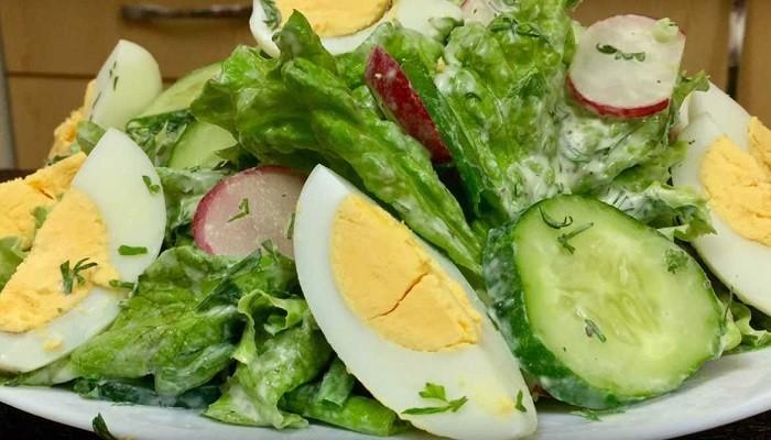 Салат с капустой, огурцом и редисом в сметано-горчичной заправке
