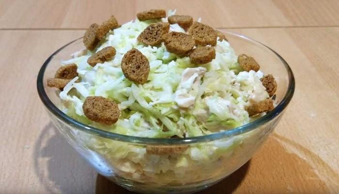 Простой рецепт капустного салата с курицей и сыром