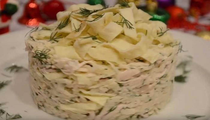 Салат из капусты с курицей и омлетом