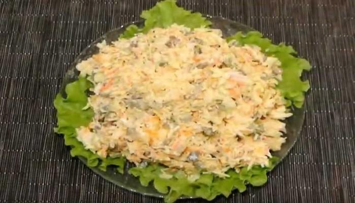 Салат с капустой, курицей и грибами