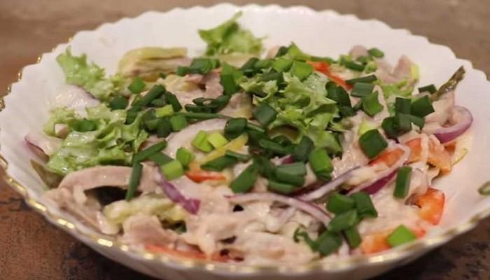 Салат с отварной говядиной и маринованными огурцами
