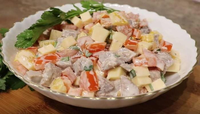 Салат с говядиной, помидорами и болгарским перцем
