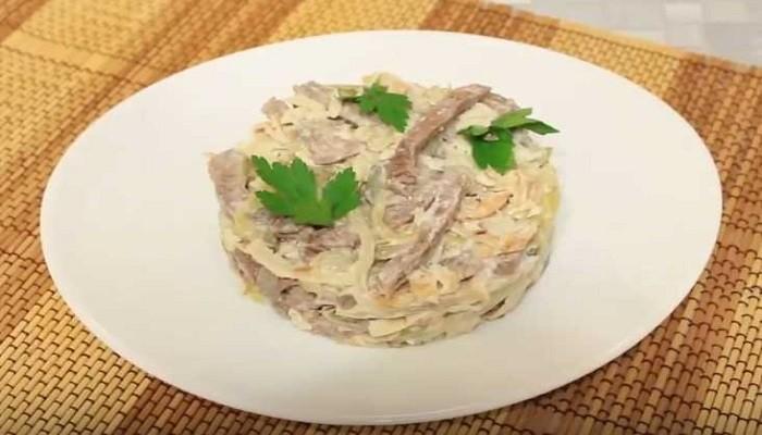 Салат из говядины с яичными блинчиками и солеными огурцами