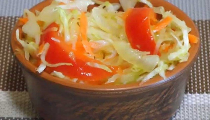 Маринованный салат из капусты с морковью и болгарским перцем