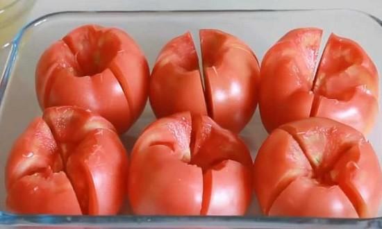 надрезать помидоры