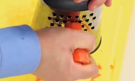 Натираем редьку и морковь