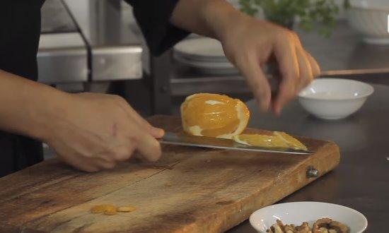 Вырезаем апельсиновую мякоть