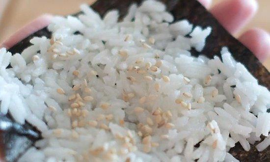 Отварной рис выкладываем на нори