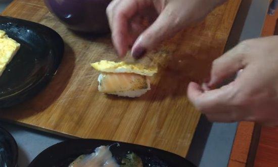 Кладём рыбу и омлет