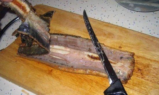 Подготавливаем мясо угря