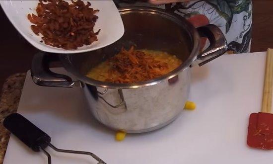 Пережаренные овощи и бекон добавляем в пюре