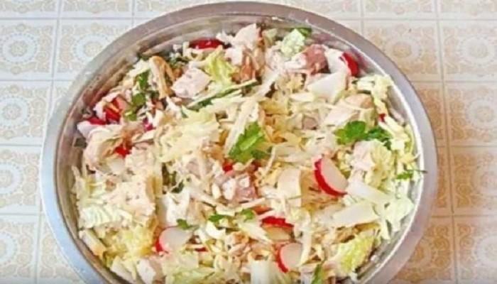 Салат с пекинской капустой, редисом и курицей