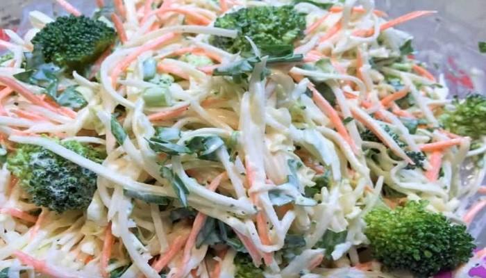 Салат с капустой и морковью в сметанно-горчичной заправке