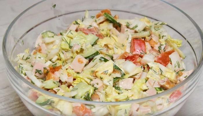 Салат из капусты с копченой курицей