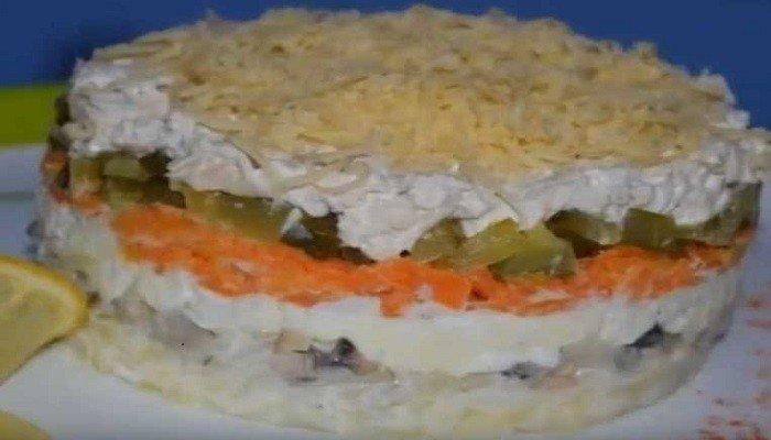 Слоеный салат со свининой, солеными огурцами и грибами