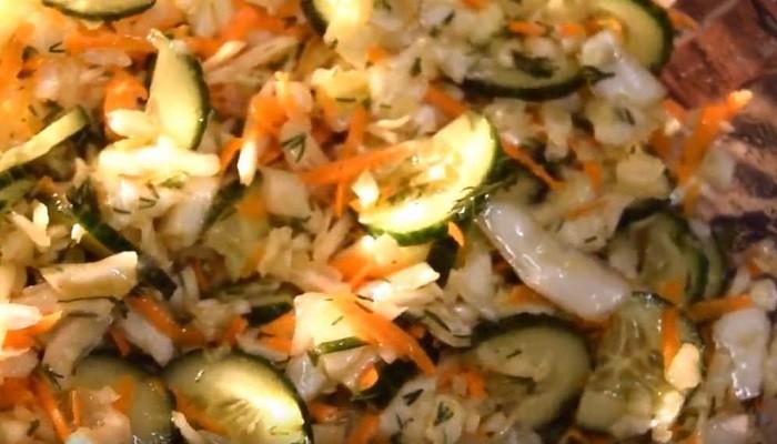 Весенний салат с капустой, огурцом и морковью