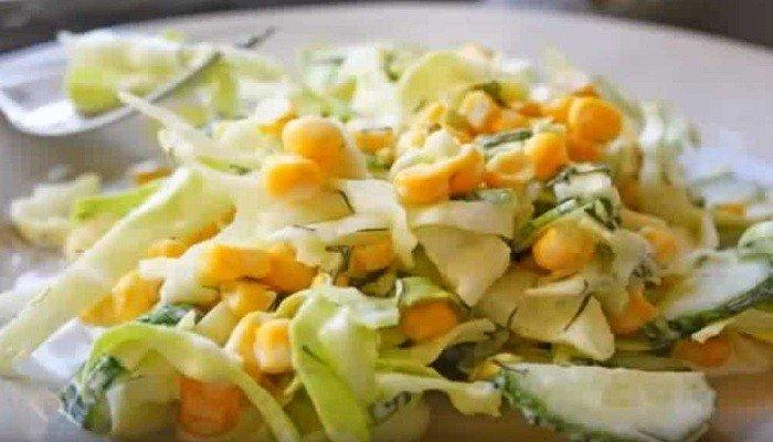 Витаминный салатик с капустой, огурцом и кукурузой в сметане