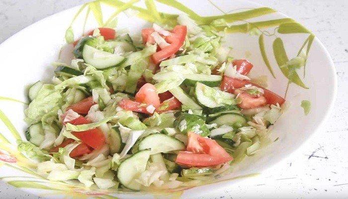 Легкий овощной салат с капустой, огурцами и помидорами