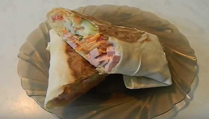 Шаурма с вареной колбасой и морковью по-корейски